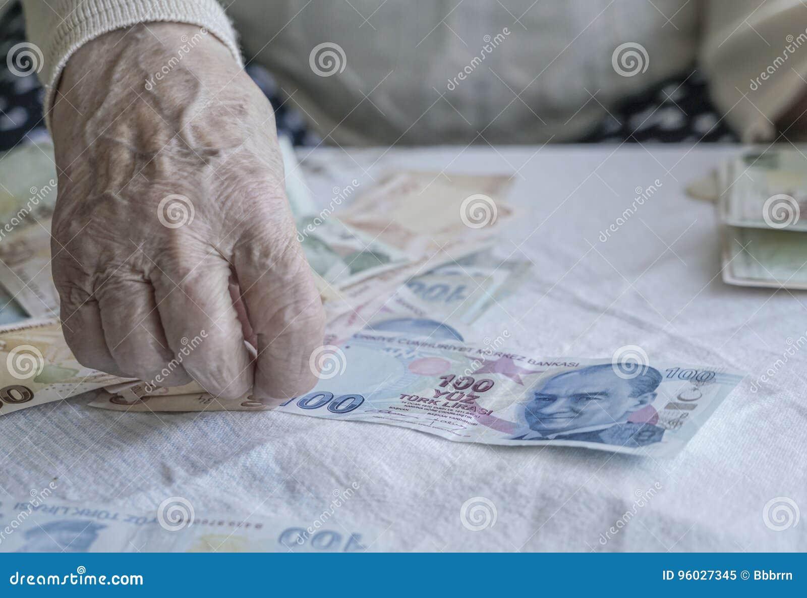 Zbliżenie marszcząca ręka liczy tureckiego lira banknoty