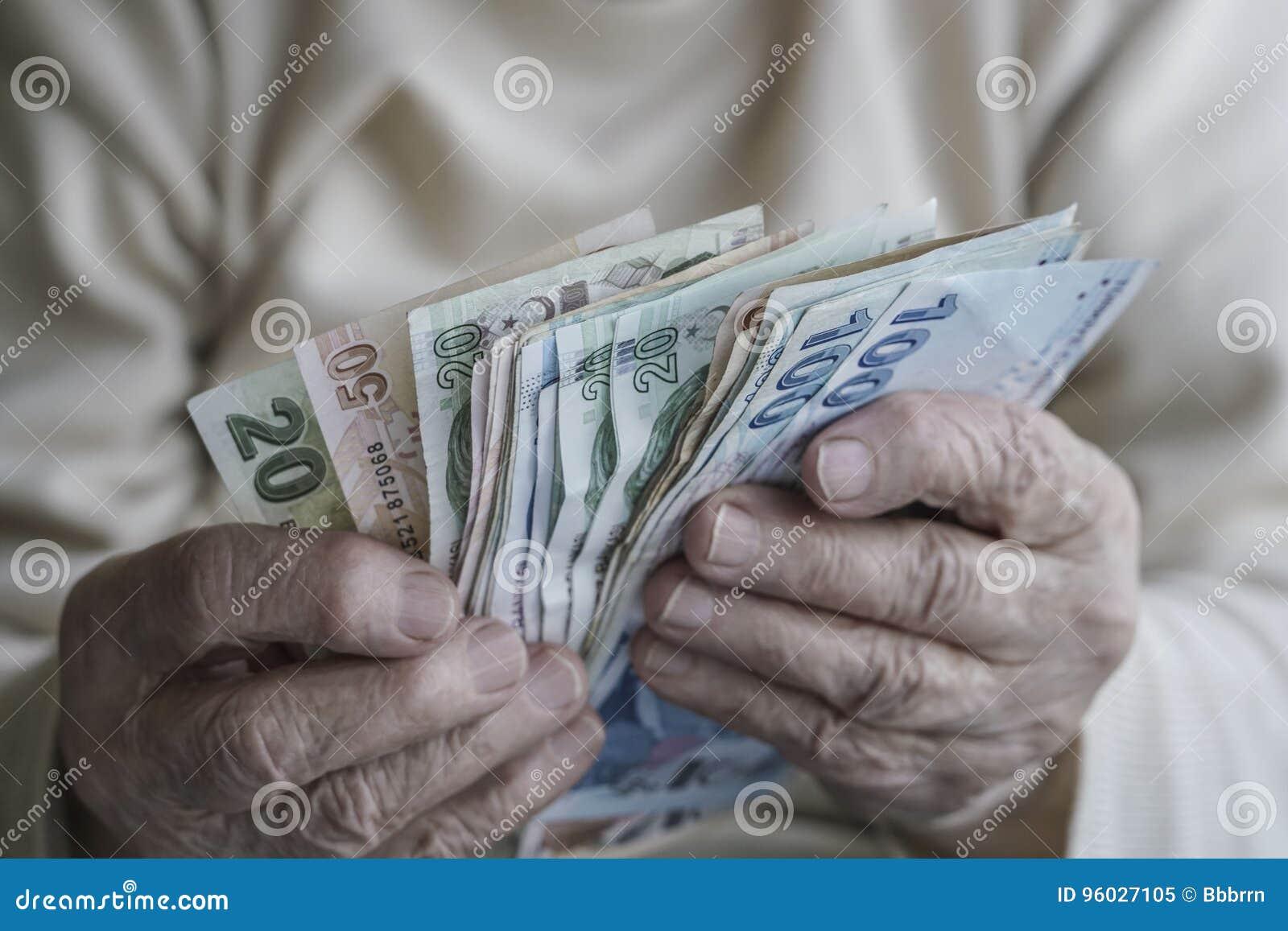 Zbliżenie marszczyć ręki liczy tureckiego lira banknoty