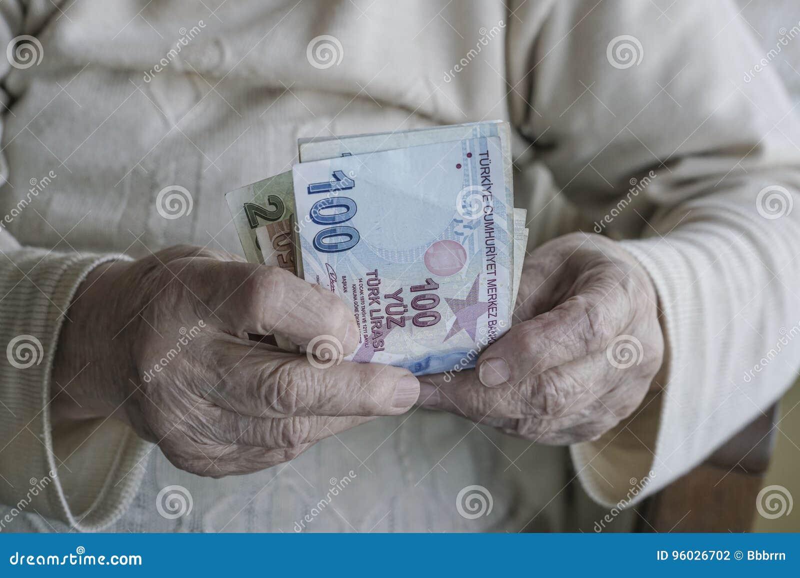 Zbliżenie marszczyć ręki trzyma tureckiego lira banknoty