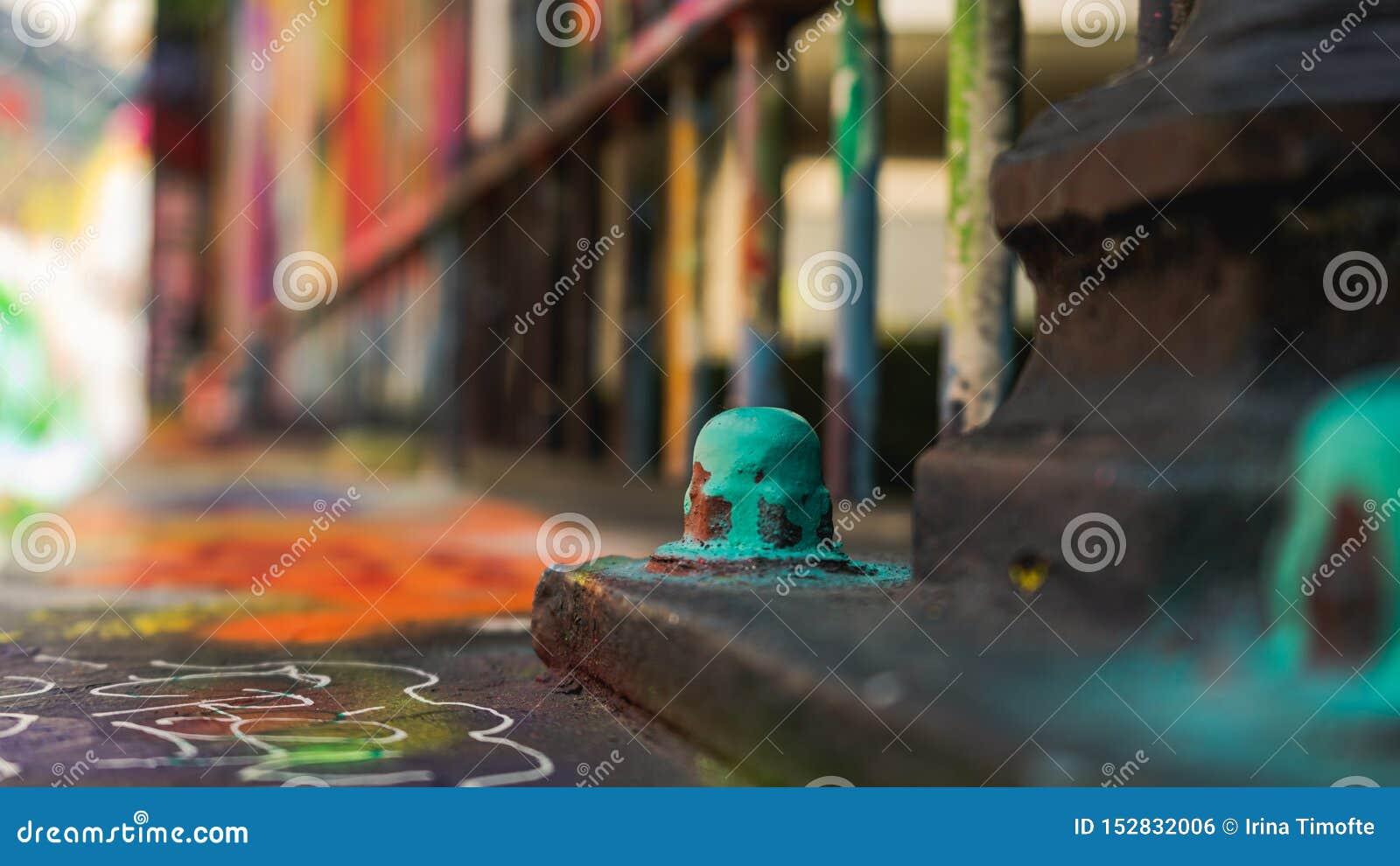 Zbliżenie na malującej śrubie - graffiti ulica, Ghent Belgia