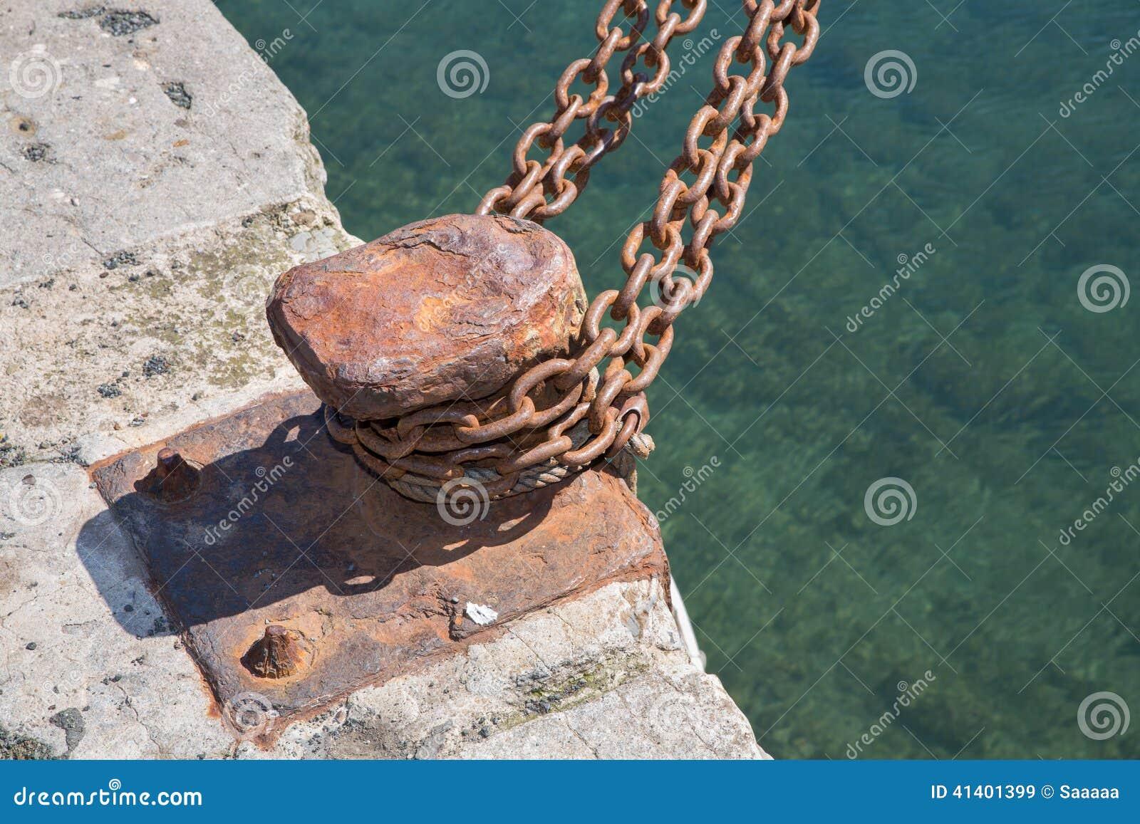 Zbliżenie niedbała żelazna kuszetka z łańcuchem