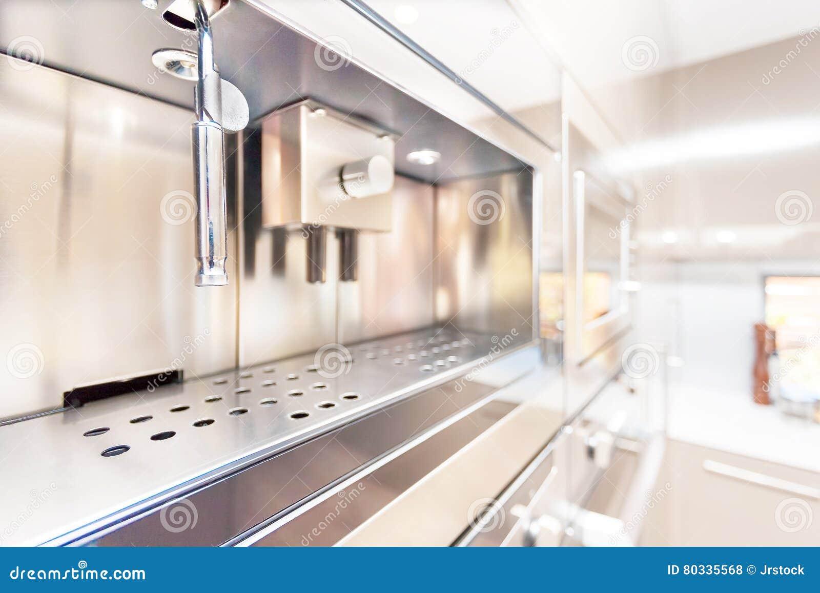 Zbliżenie nowożytny ścienny piekarnik w kuchni