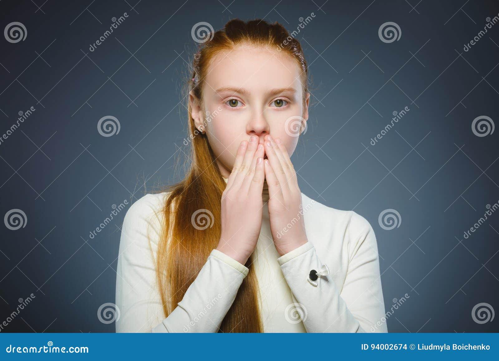 Zbliżenie Okaleczająca i szokująca mała dziewczynka Ludzki emoci twarzy wyrażenie