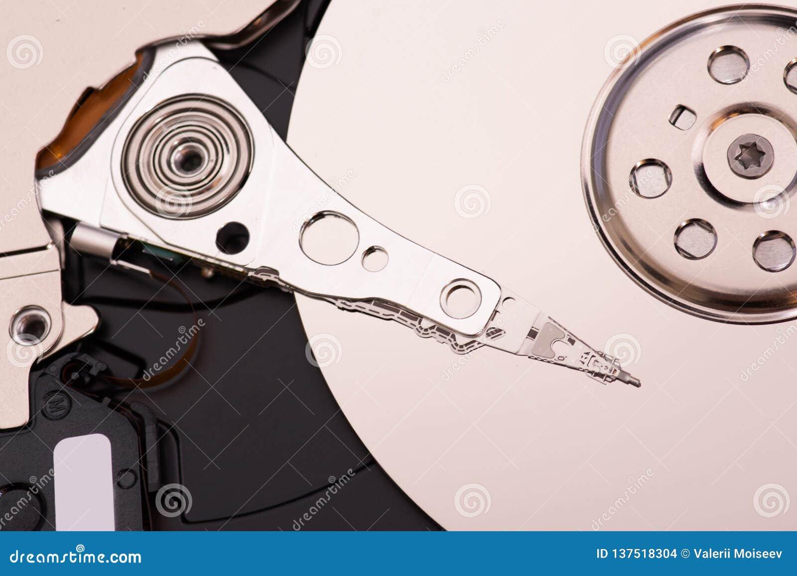 Zbliżenie otwierający demontujący dysk twardy od komputeru, hdd z lustrzanym skutkiem
