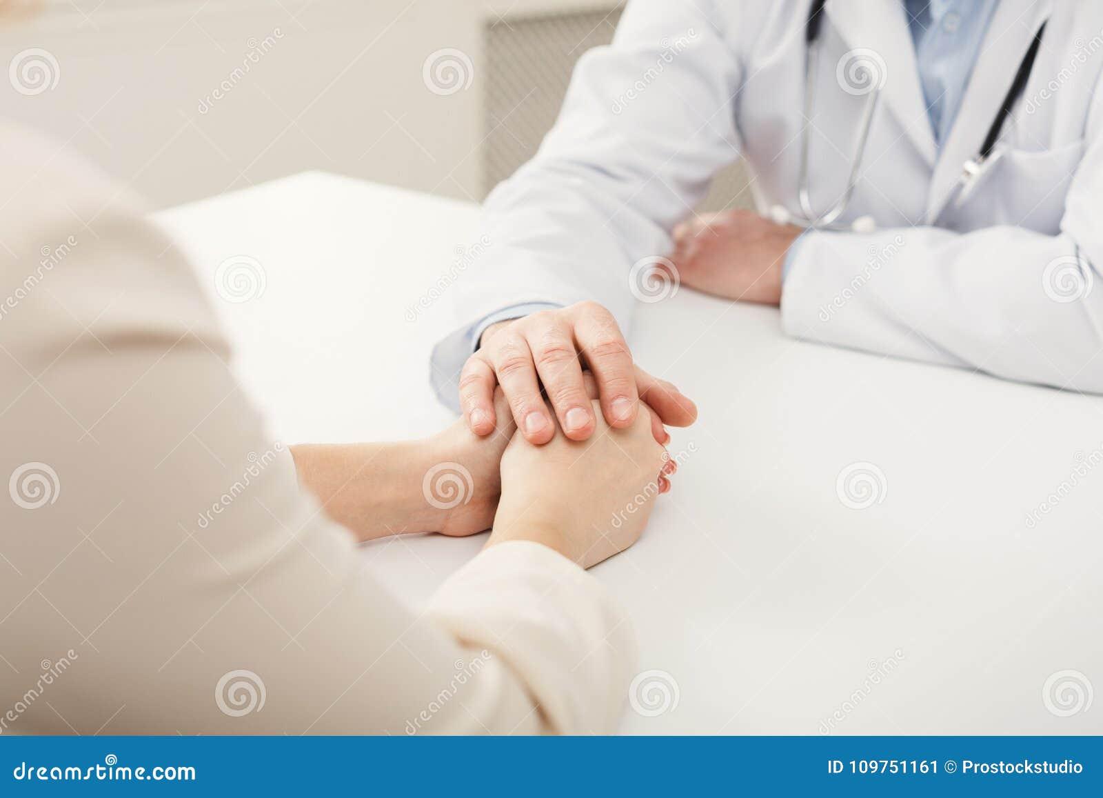 Zbliżenie pacjenta i lekarki ręki