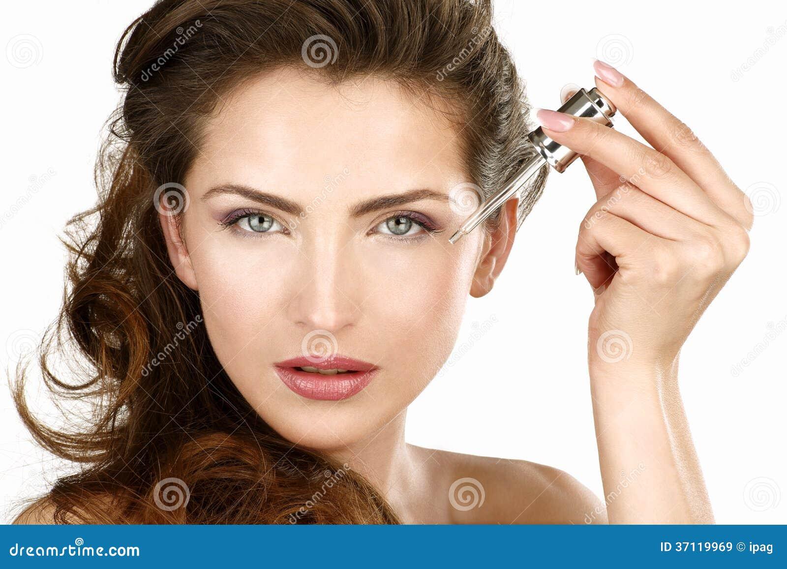 Zbliżenie piękna kobieta stosuje piękna traktowanie
