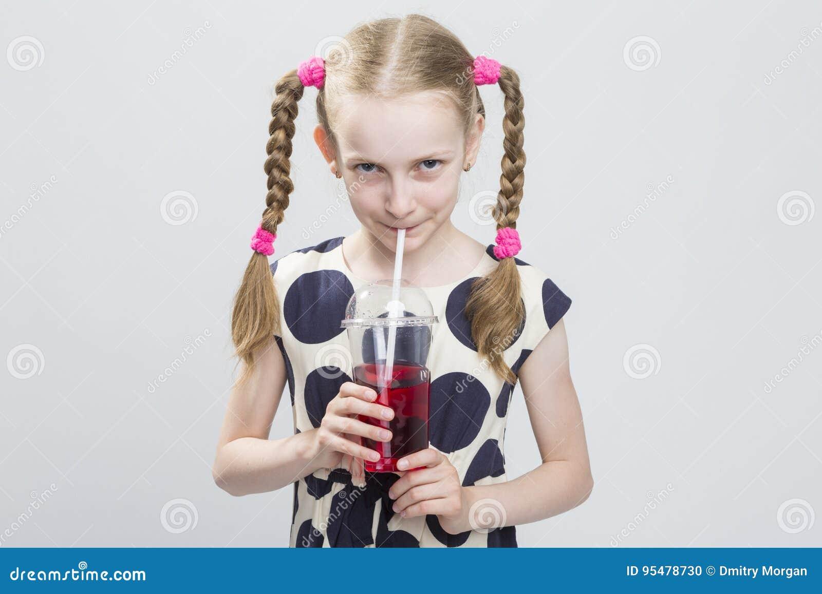 Zbliżenie portret Śliczna i Ciekawa Kaukaska Blond dziewczyna Z P