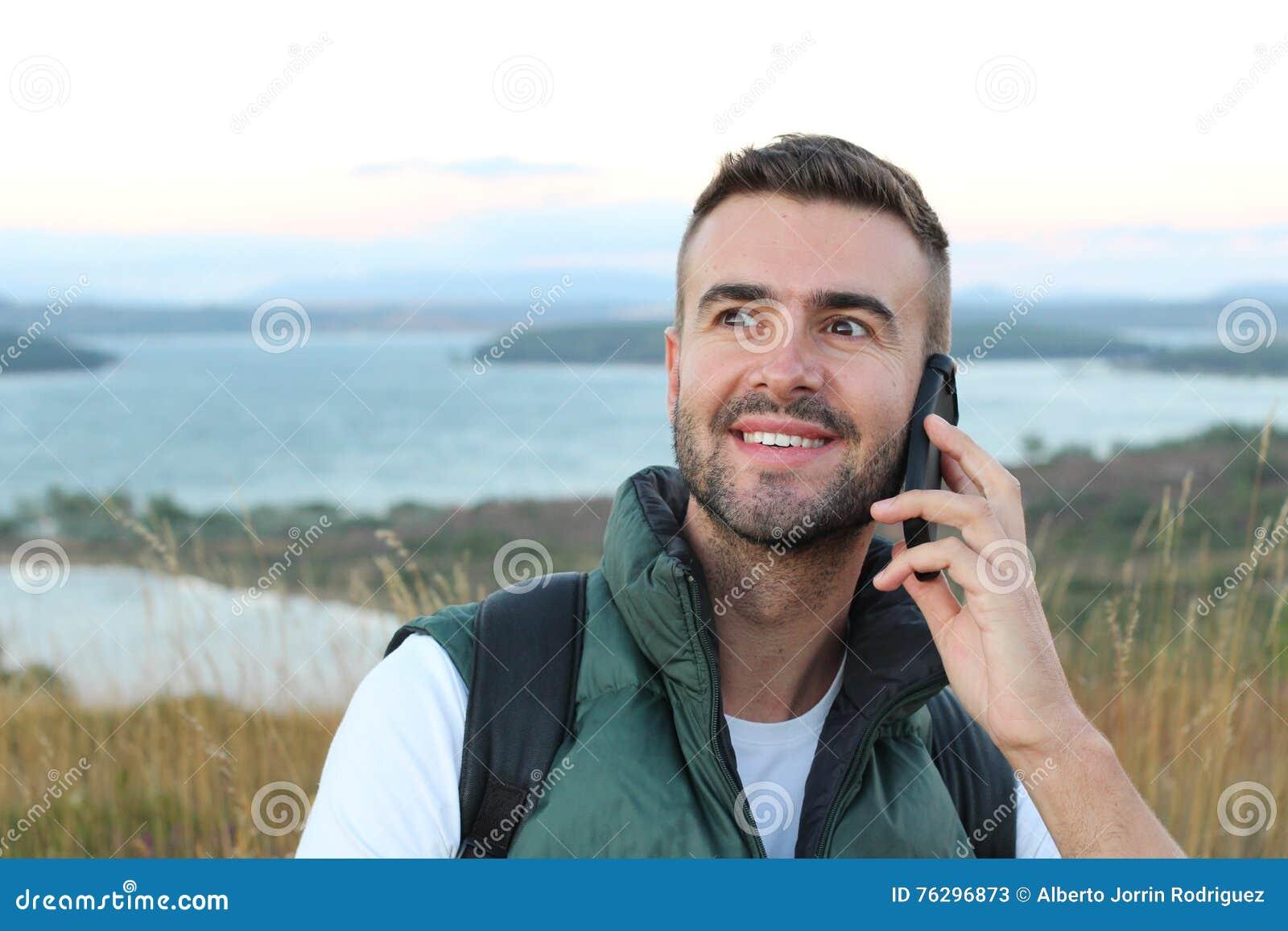 Zbliżenie portret, młody szczęśliwy ekstatyczny mężczyzna z ręką na szeroko otwarty oczach i usta opowiada na telefonie komórkowy