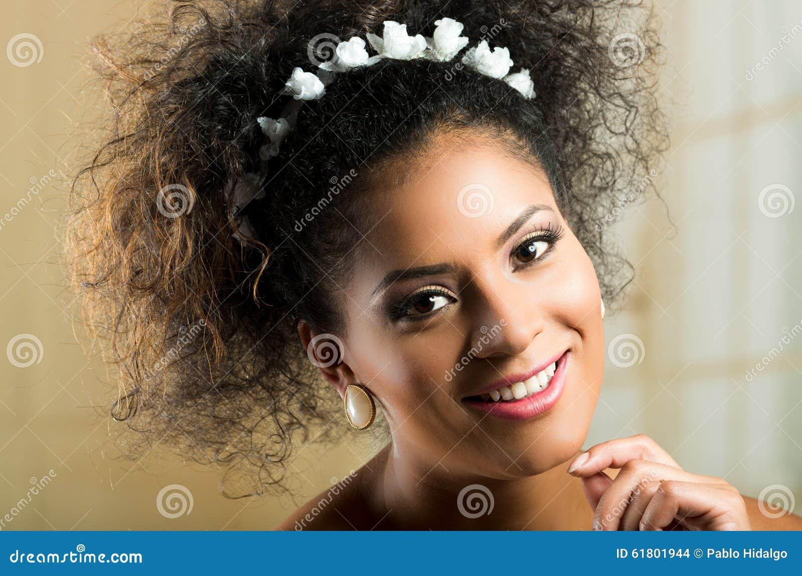 Zbliżenie portret piękna latynoska młoda kobieta
