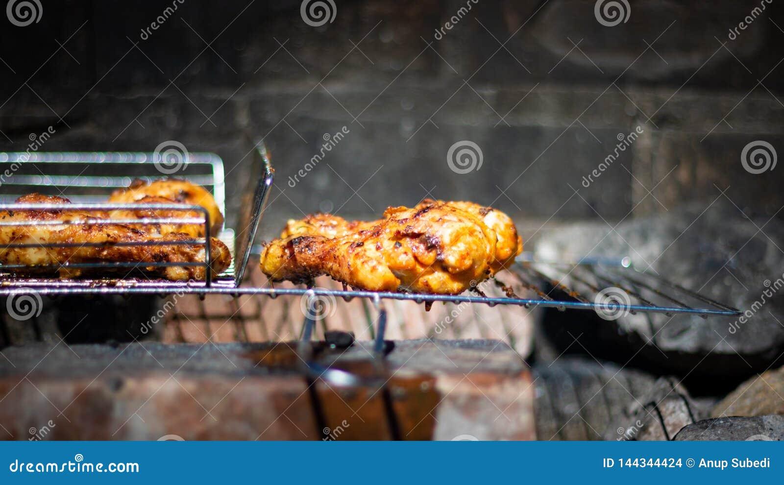 Zbliżenie portret piec na grillu kurczak noga w naturalnym węglowym grillu