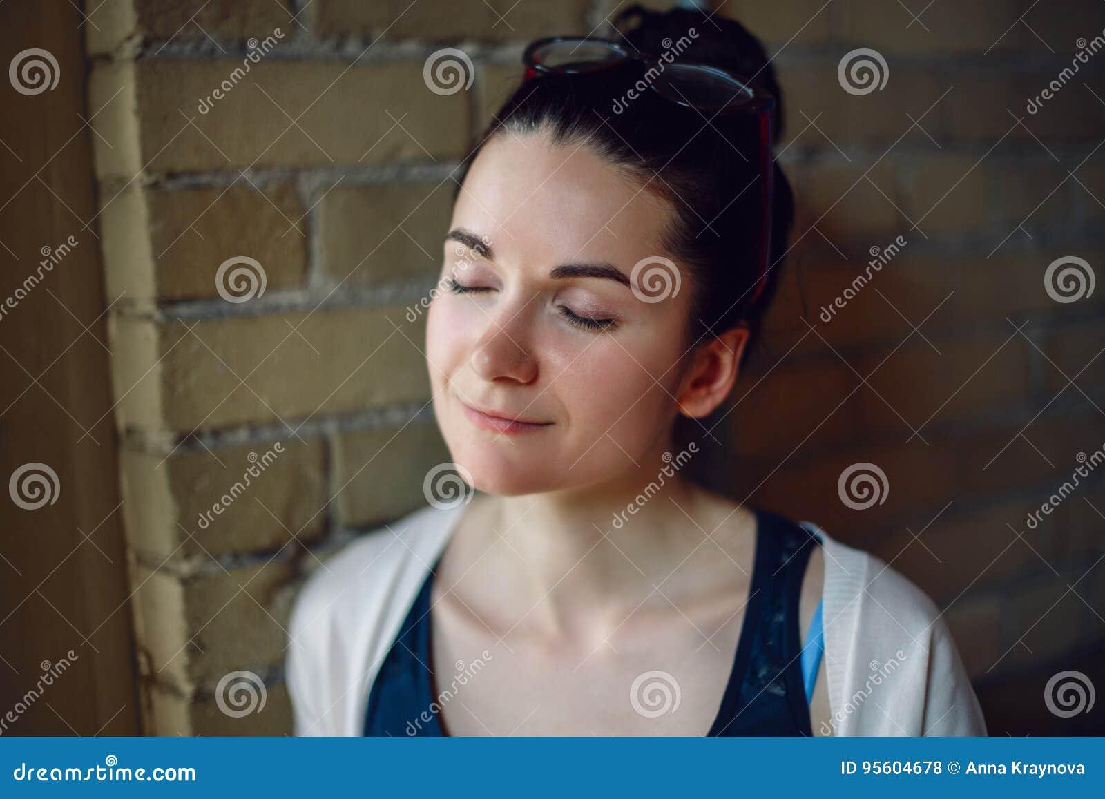 Zbliżenie portret uśmiechać się białej Kaukaskiej brunetki młodej pięknej kobiety z ciemnym włosy, szkła na głowie, z zamkniętymi