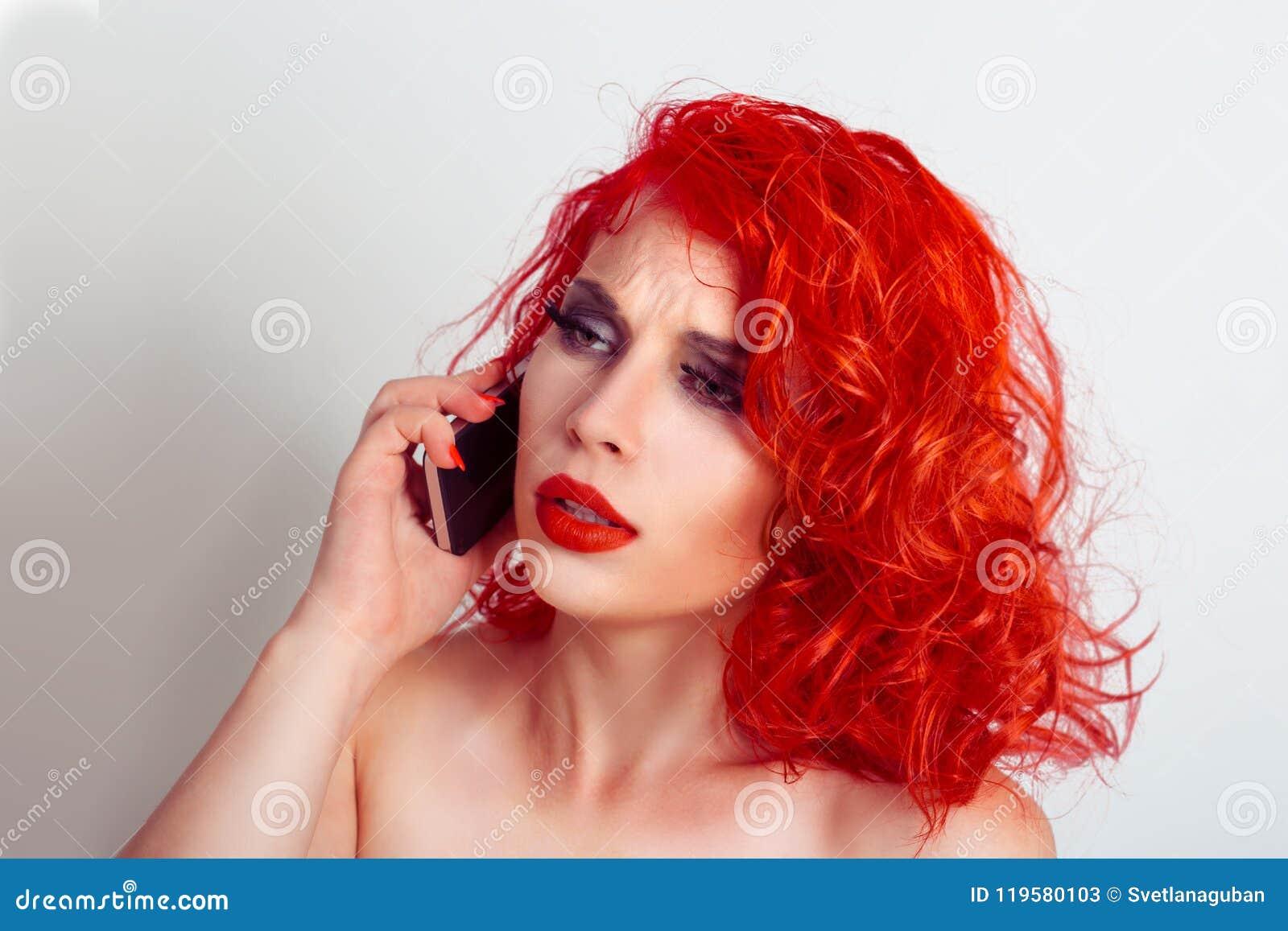 Zbliżenie portreta spęczenie smutny, skeptical, nieszczęśliwa, poważna kobieta opowiada na telefonie,