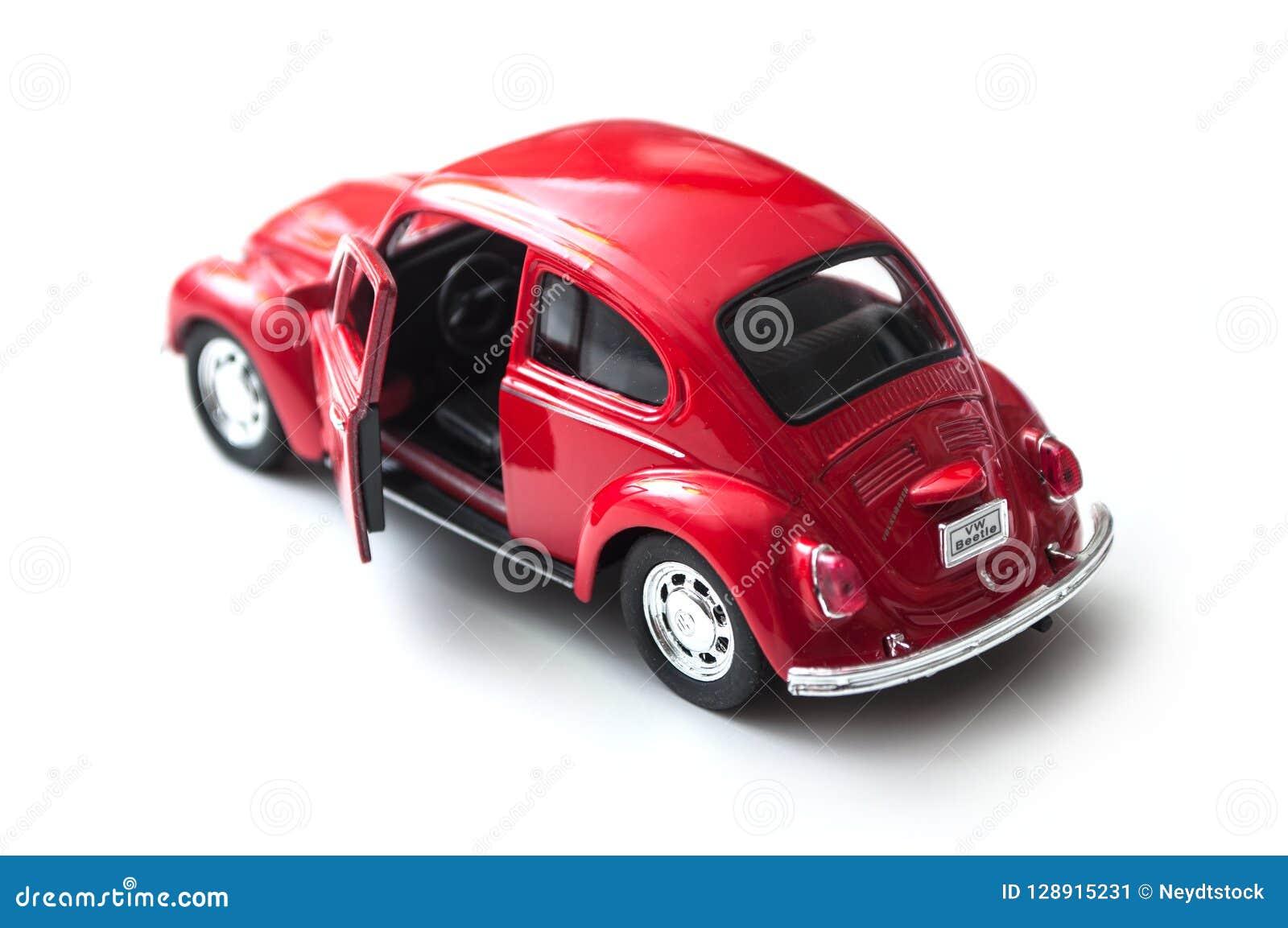 Zbliżenie rocznik czerwieni miniatury Volkswagen bettle na białym tle