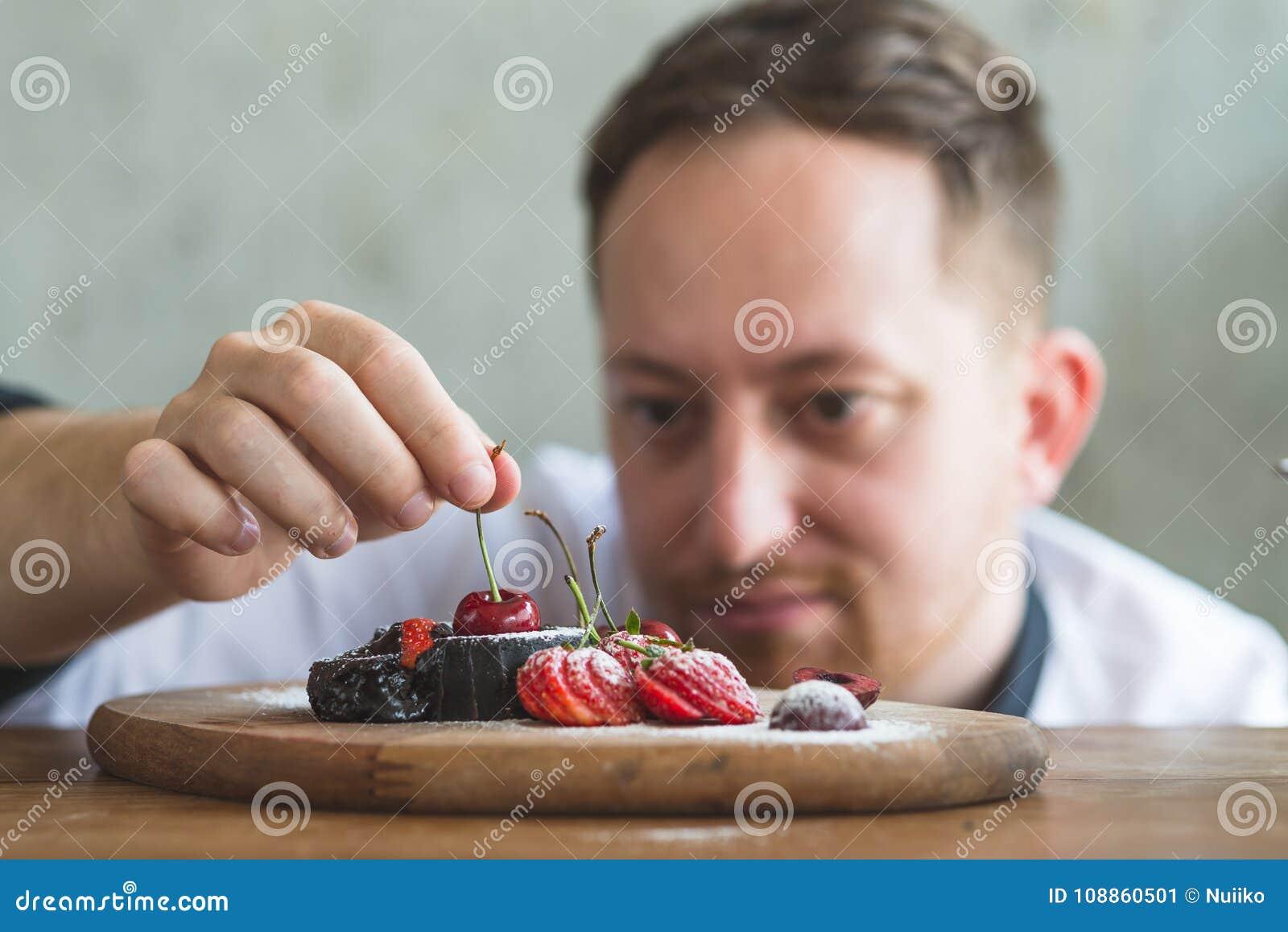 Zbliżenie skoncentrowany męski ciasto szef kuchni