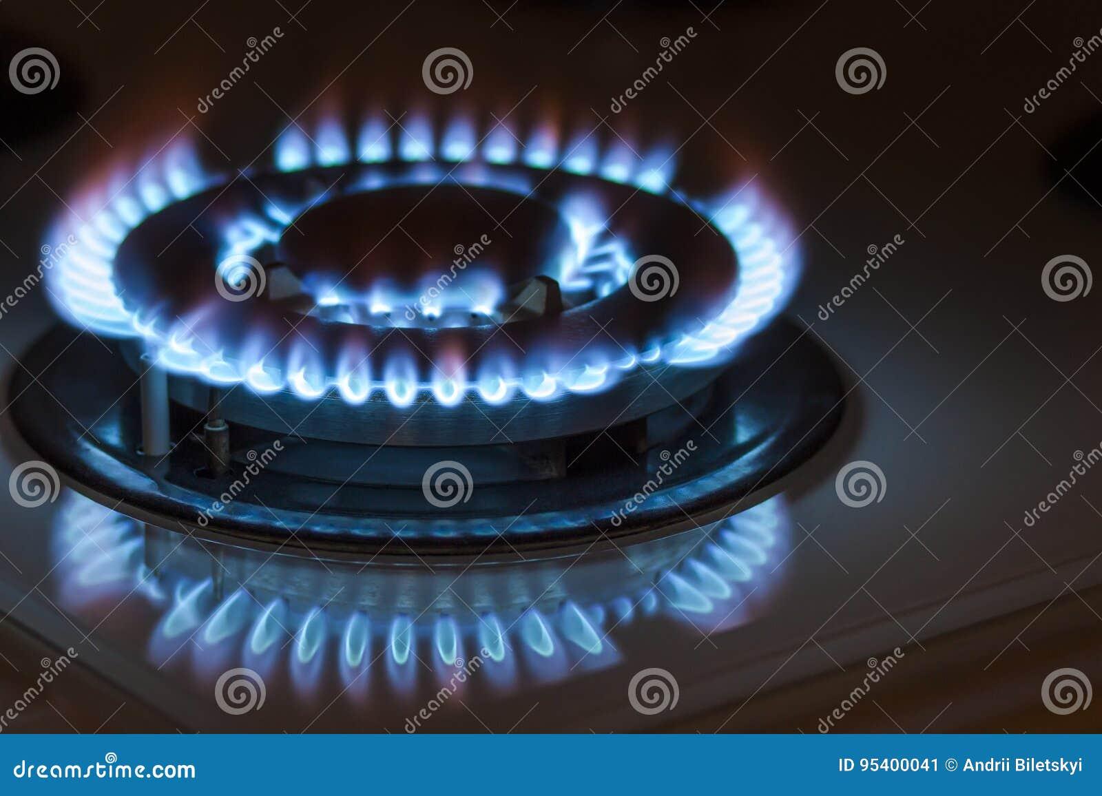 Zbliżenie strzał błękita ogień od domowej kuchennej kuchenki Benzynowy cooke