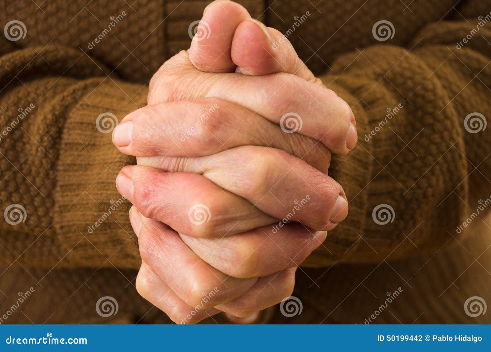 Zbliżenie strzał babć ręk ono modli się