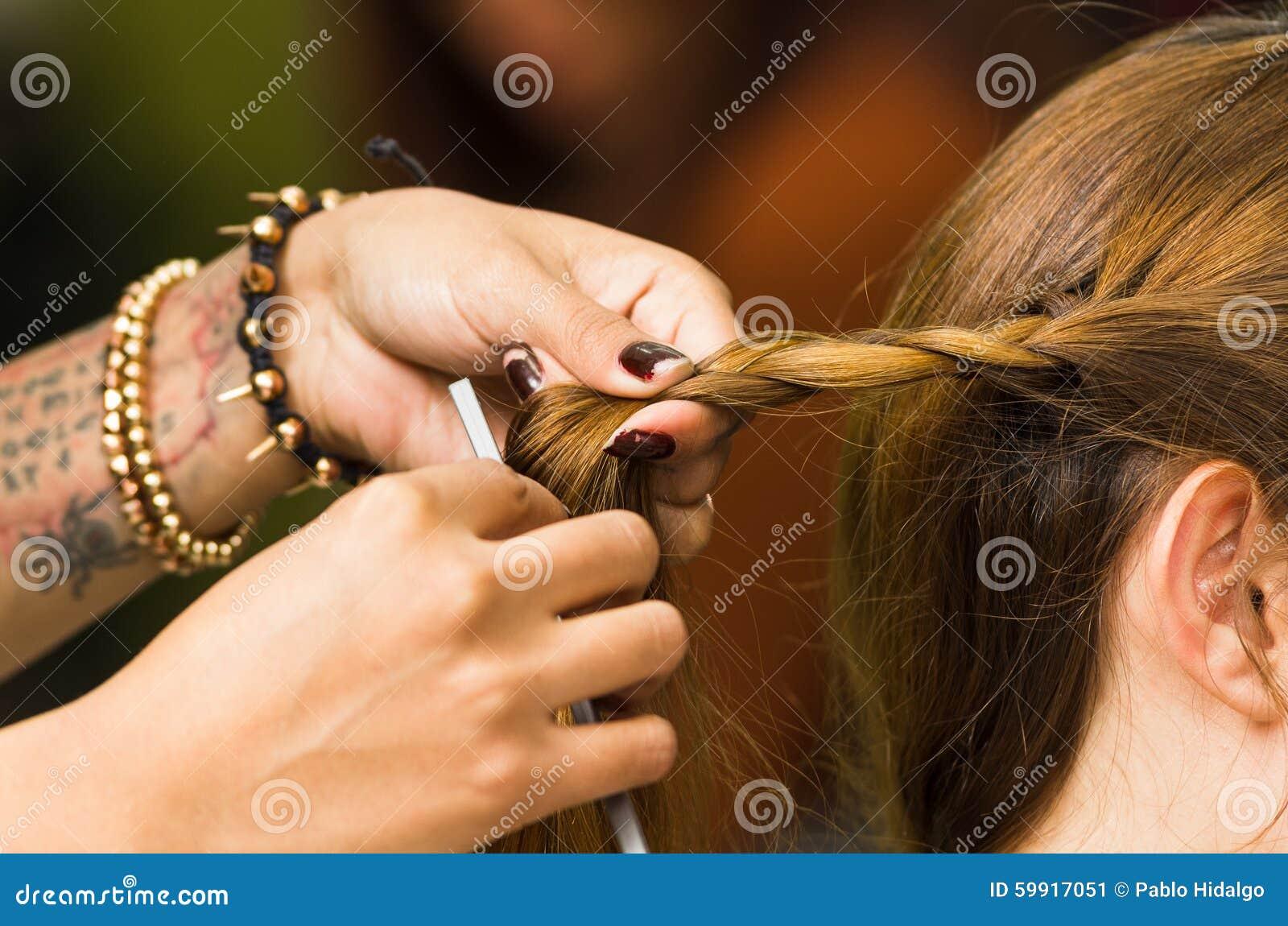 Zbliżenie stylista wręcza działanie z brunetka włosy
