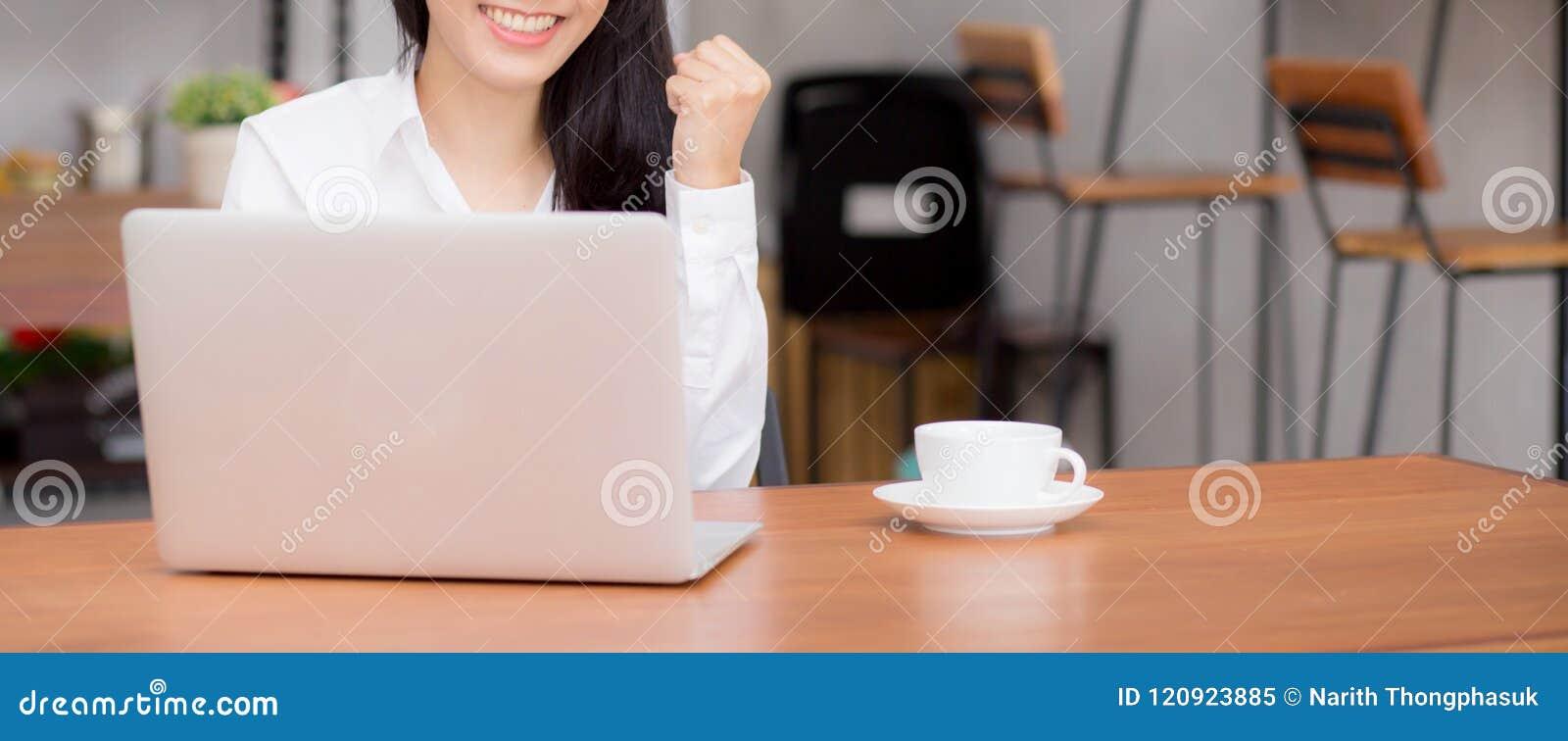 Zbliżenie sztandaru strony internetowej azjatykci młody bizneswoman excited i uradowany sukces z laptopem