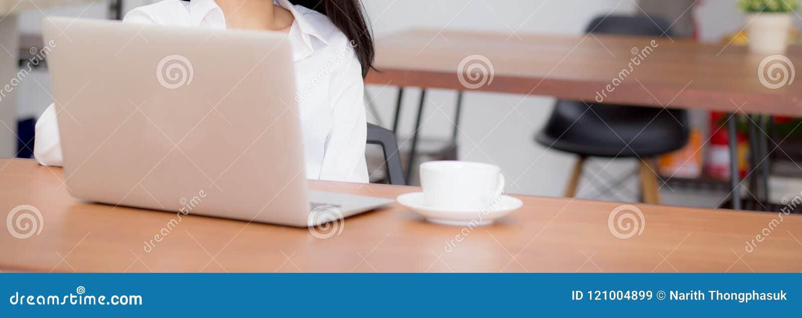 Zbliżenie sztandaru strony internetowej azjatykcia młoda kobieta pracuje online na laptopu obsiadaniu przy sklep z kawą