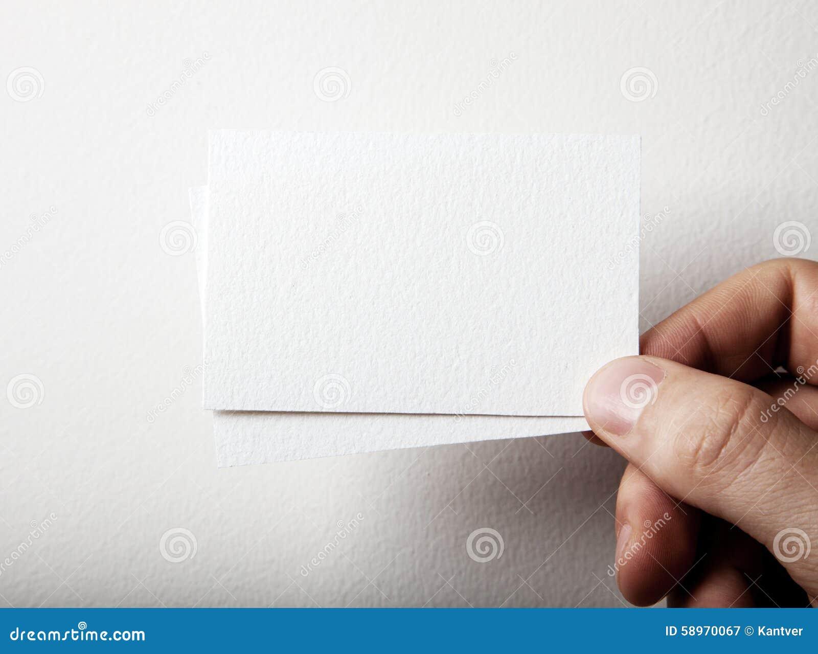 Zbliżenie trzyma dwa biel biznesowy męska ręka