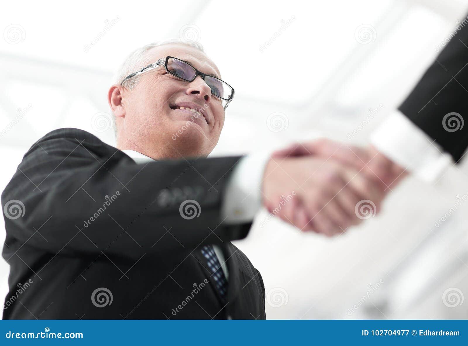 Zbliżenie uścisku dłoni biznesowi partnery Wizerunek zamazuje