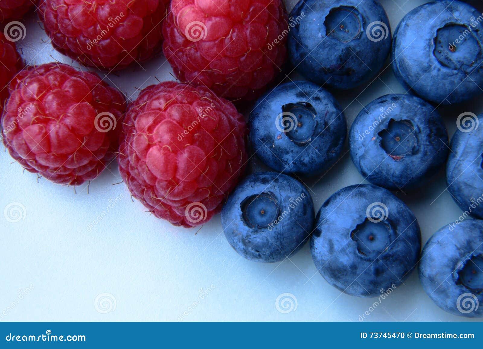 Zbliżenie wiązka malinki i czarne jagody