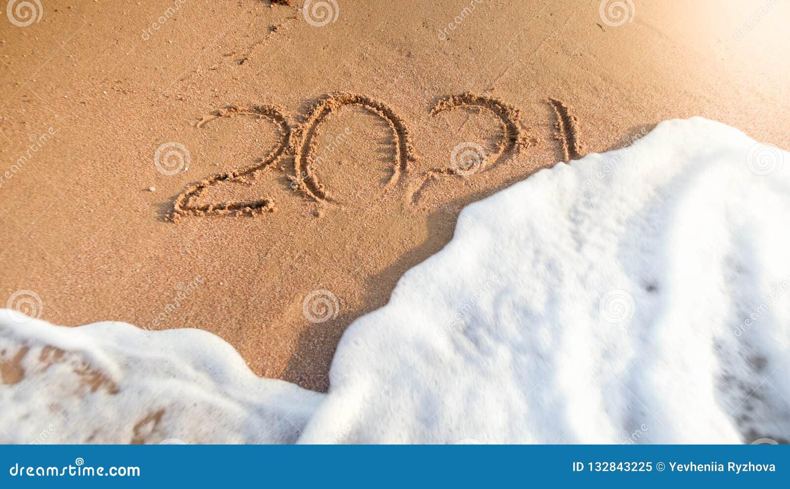Zbliżenie wizerunek 2021 liczba myje od mokrego piaska na plaży morze falą Pojęcie nowy rok, boże narodzenia i