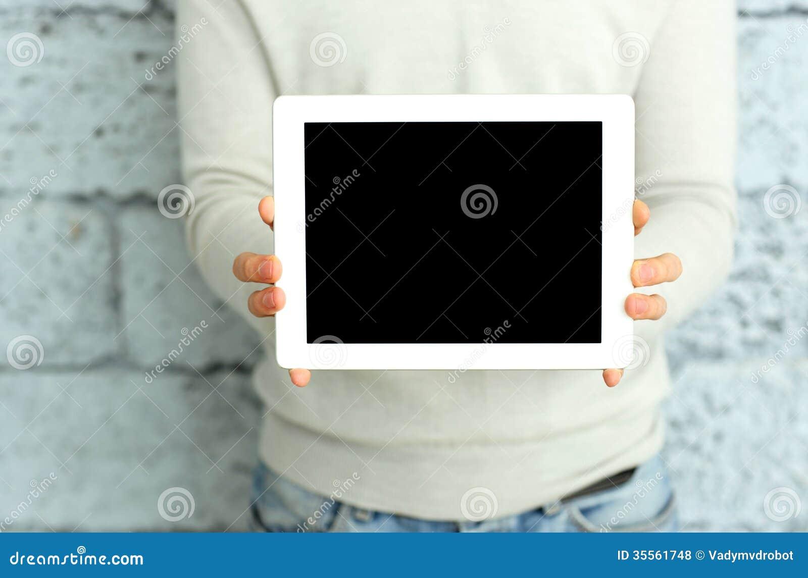Zbliżenie wizerunek samiec wręcza pokazywać pokazu pastylka komputer
