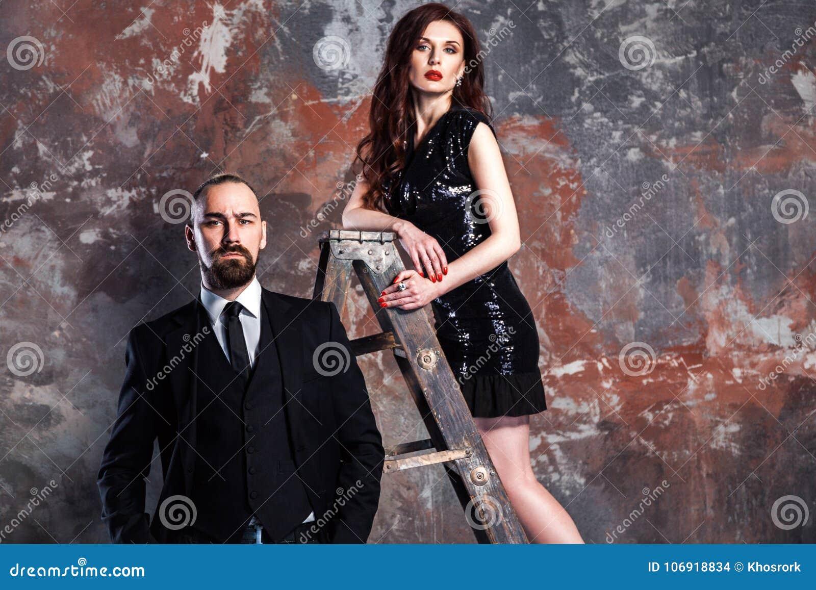 Zbliżenie imbiru i biznesmena kobiety brodata pozycja na starym ste