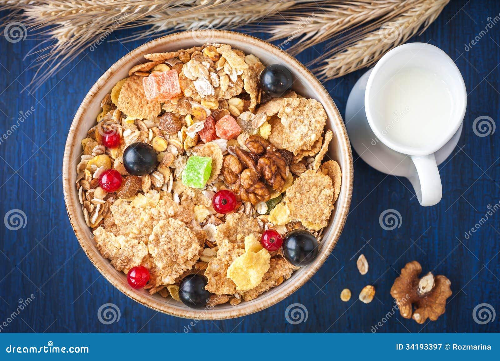 Zboża muesli w pucharze z jagodami i suszącym - owoc i mleko w dzbanku. (granola)
