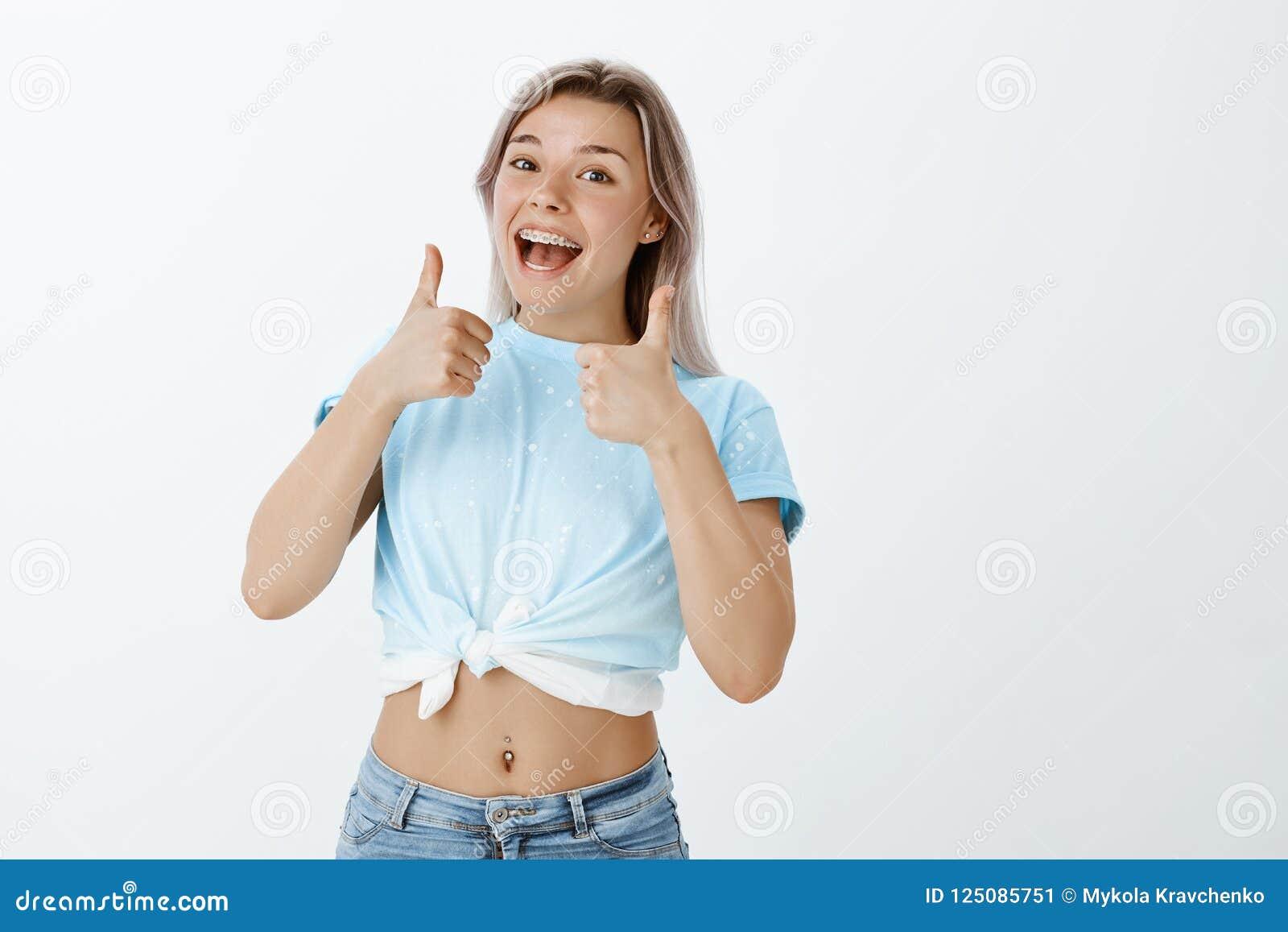 Zdecydowanie zatwierdzam twój wybór Portret pozytywna atrakcyjna europejska kobieta z uczciwym włosy i brasami, pokazuje