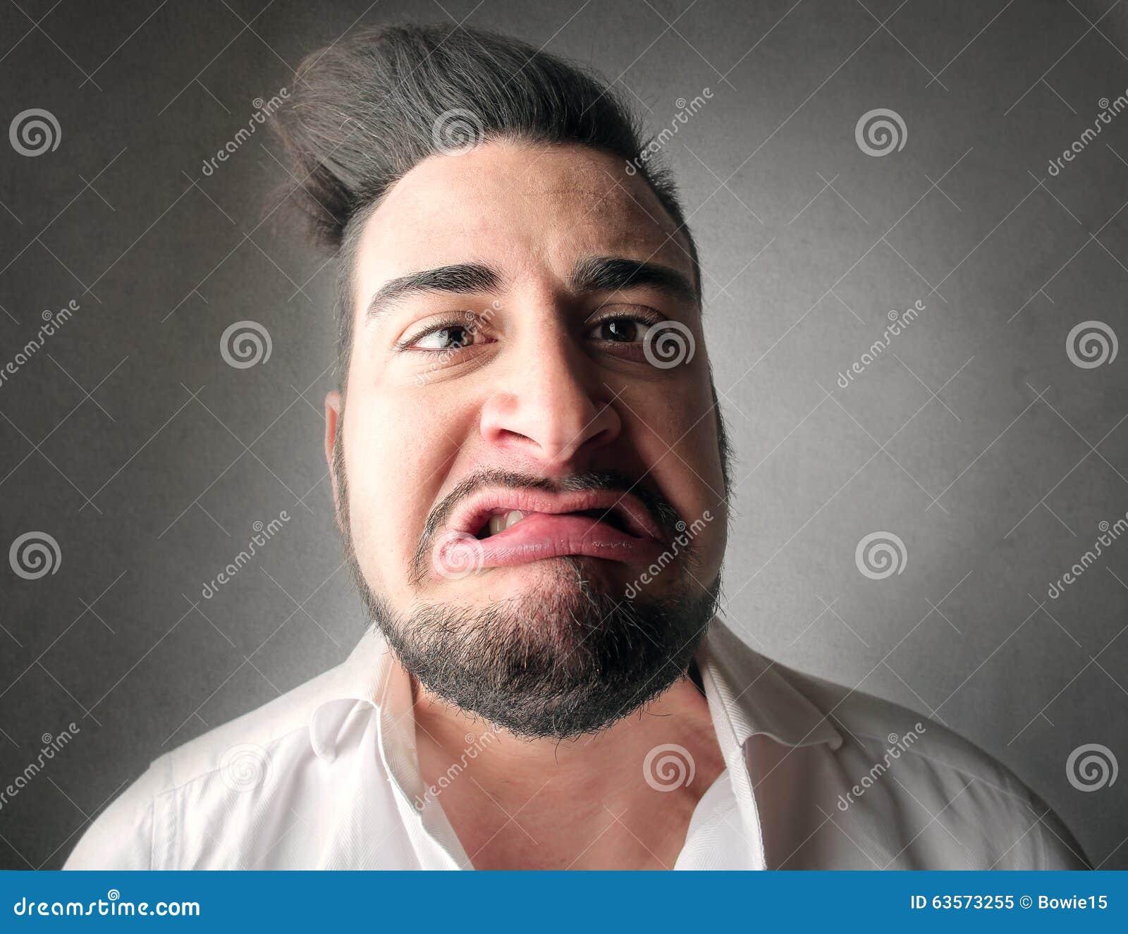 Zdegustowany mężczyzna