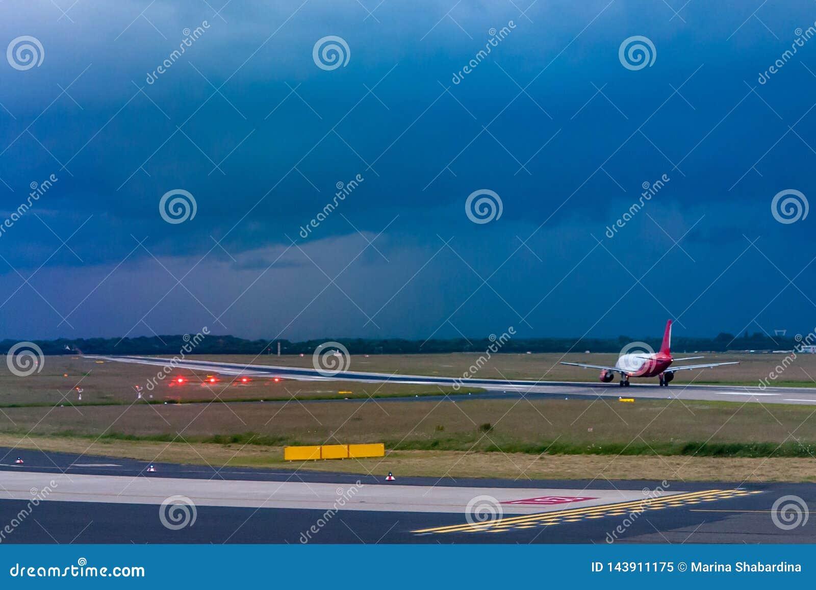 Zdejmować samolot na pasie startowym