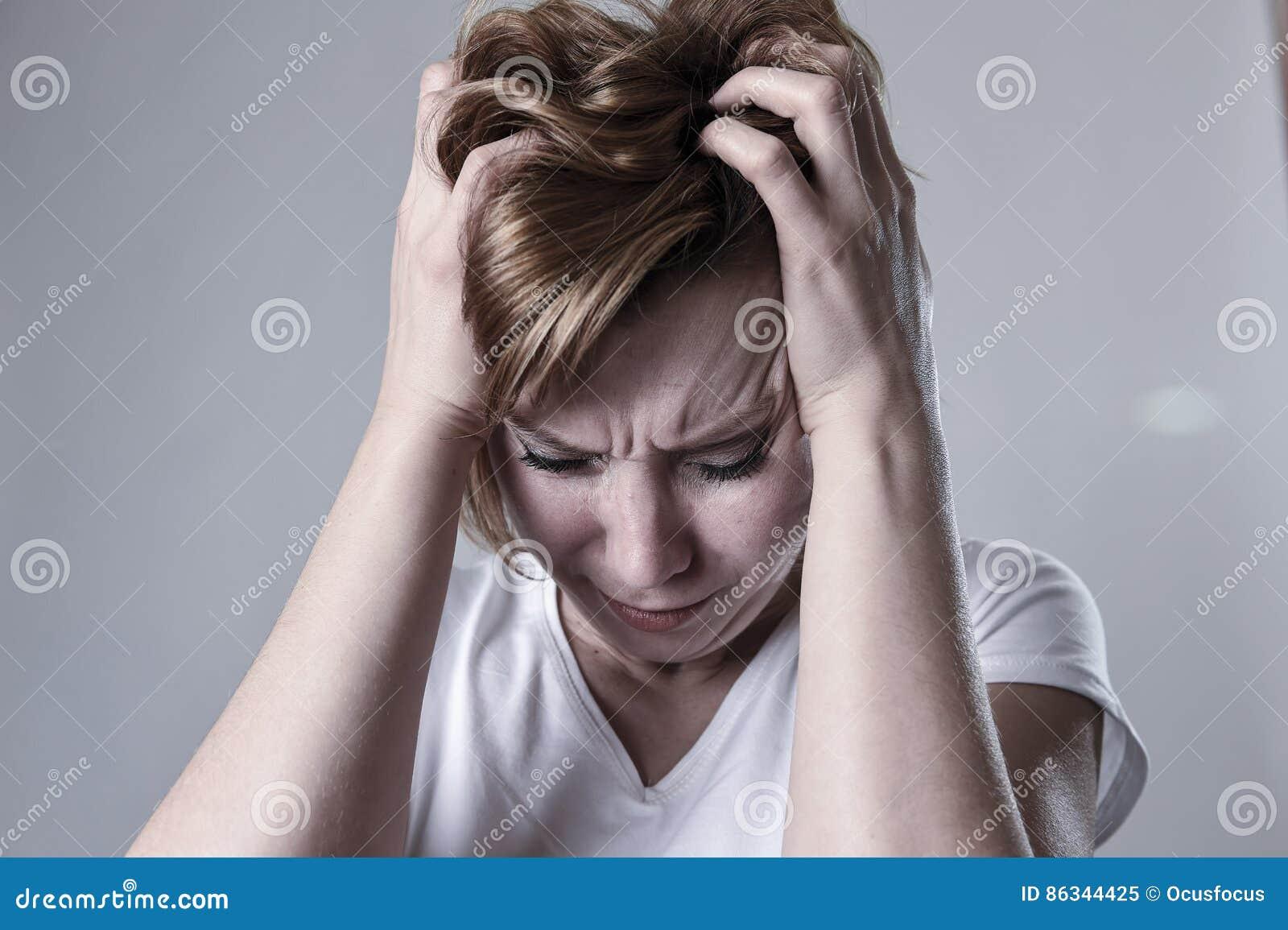 Zdewastowana przygnębiona kobieta płacze smutnego uczucia cierpienia ranną depresję w smucenie emoci
