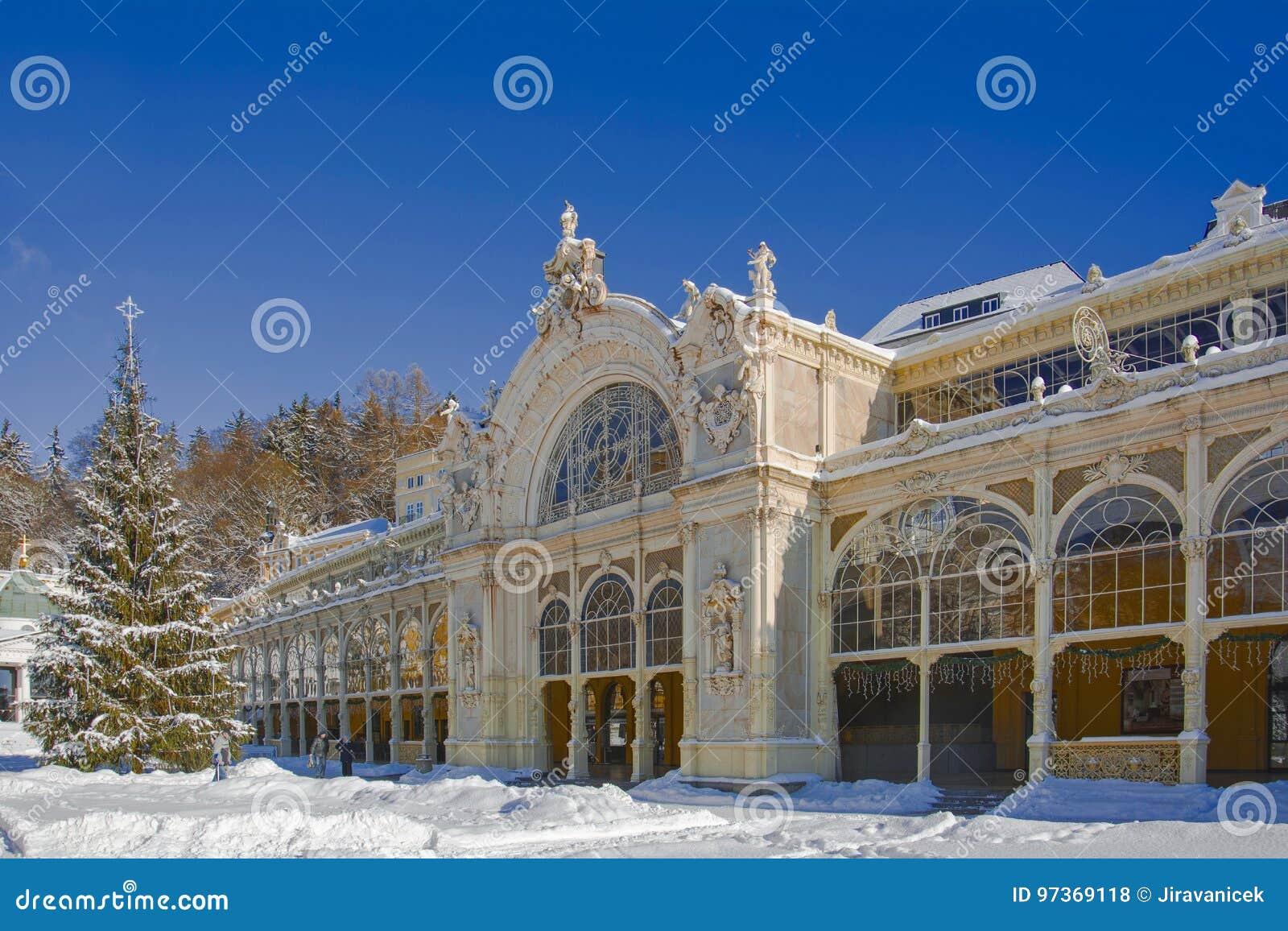 Zdrój główna kolumnada w zimie republika czech - Marianske Lazne -