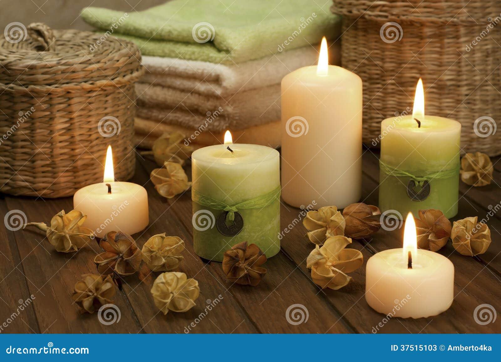 Zdroju skład z kolorowymi świeczkami