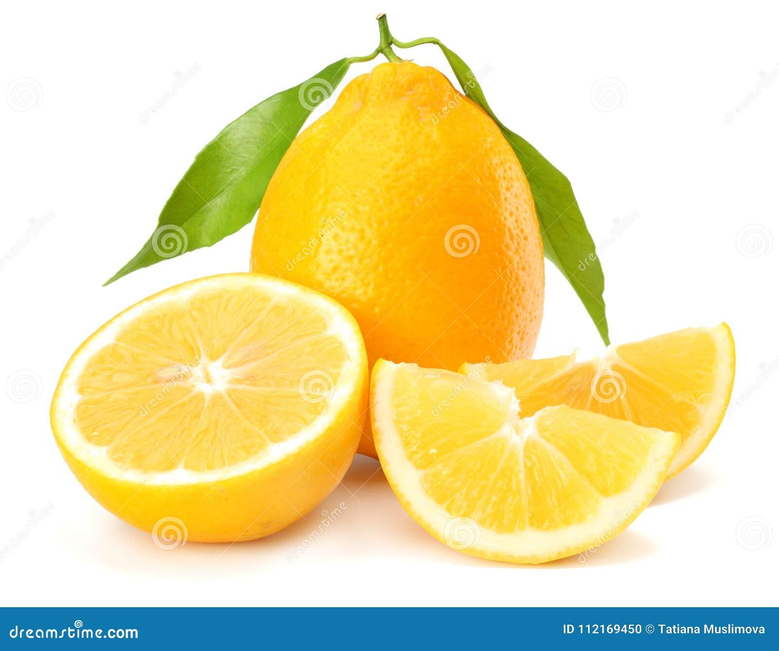 Zdrowa żywność Cytryna z zielonym liściem odizolowywającym na białym tle