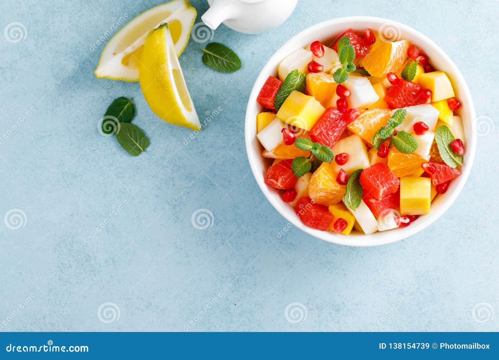 Zdrowa jarska świeża owocowa sałatka z jabłka, bonkrety, tangerine, grapefruitowego, mangowego, granatowa i cytryny sokiem, Odgór