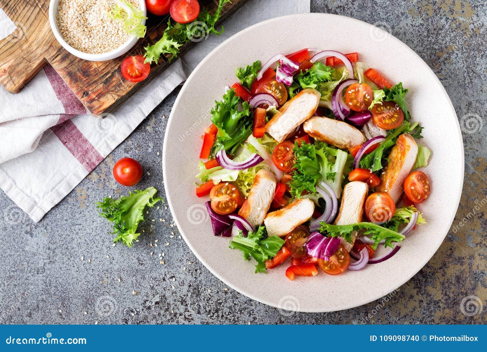 Zdrowa jarzynowa sałatka z piec na grillu kurczak piersią, świeżą sałatą, czereśniowymi pomidorami, czerwoną cebulą i pieprzem,