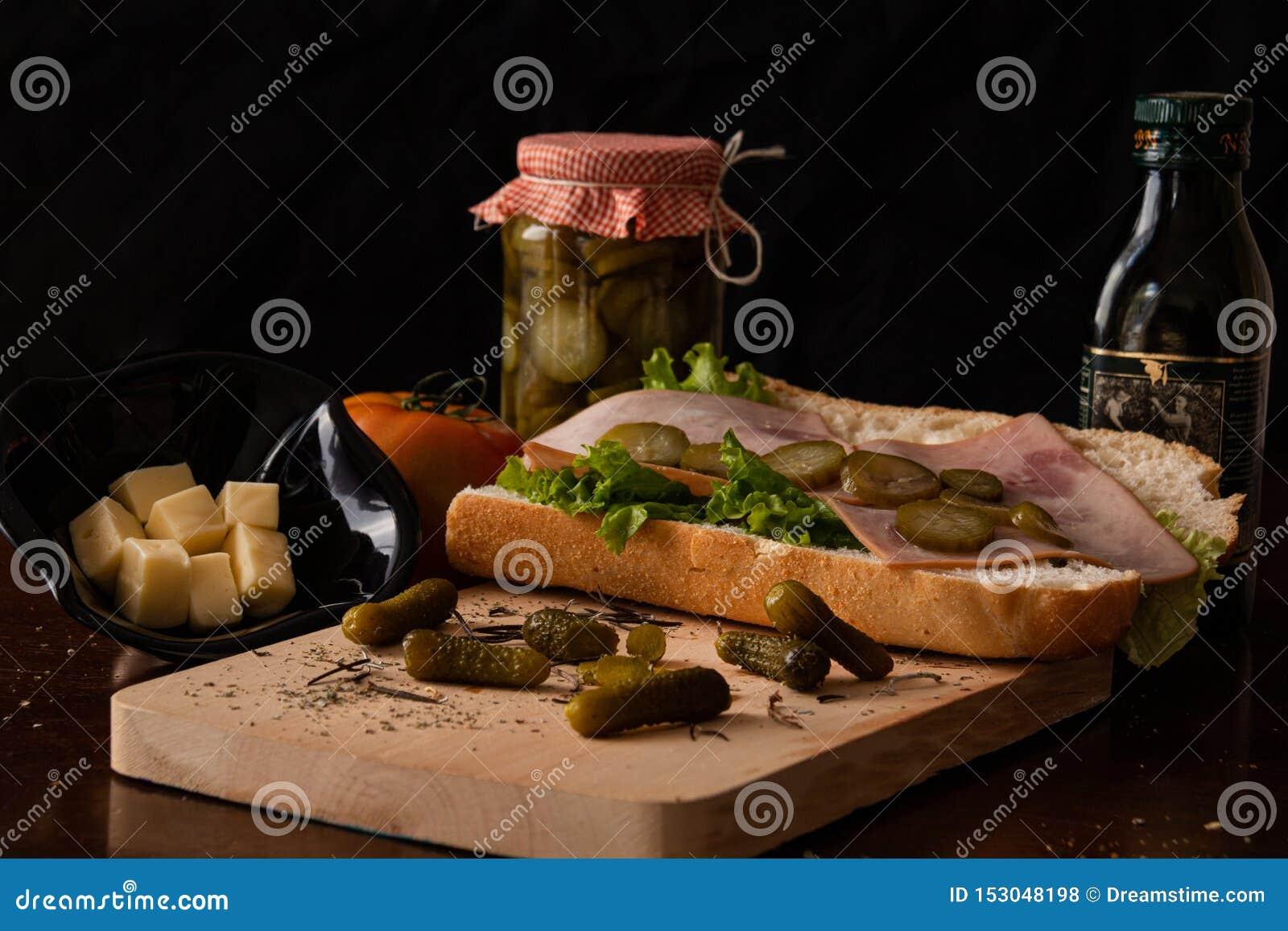Zdrowa kanapka z niektóre serem i oliwą z oliwek