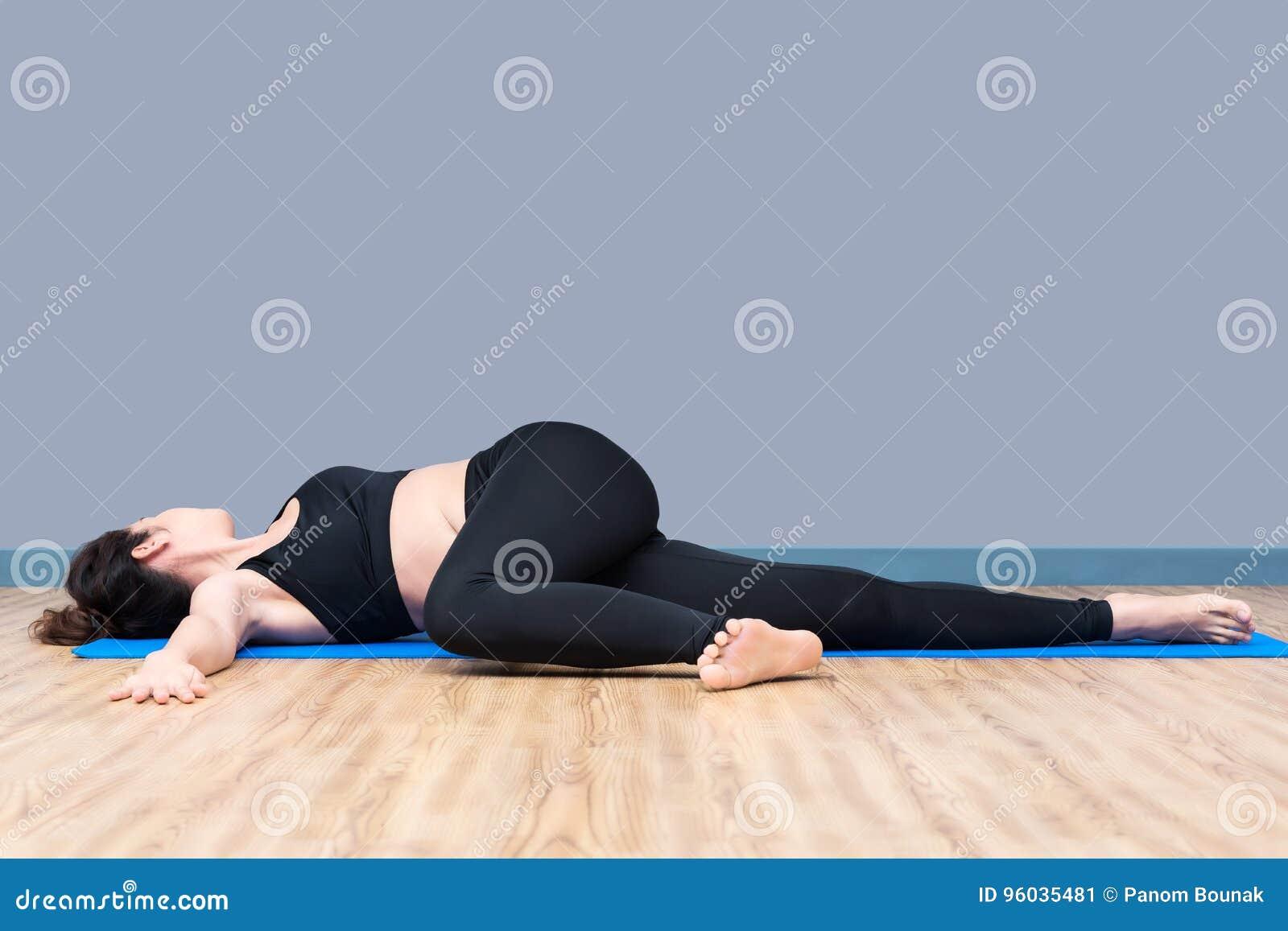 Zdrowa kobieta ćwiczy joga przy sporta gym