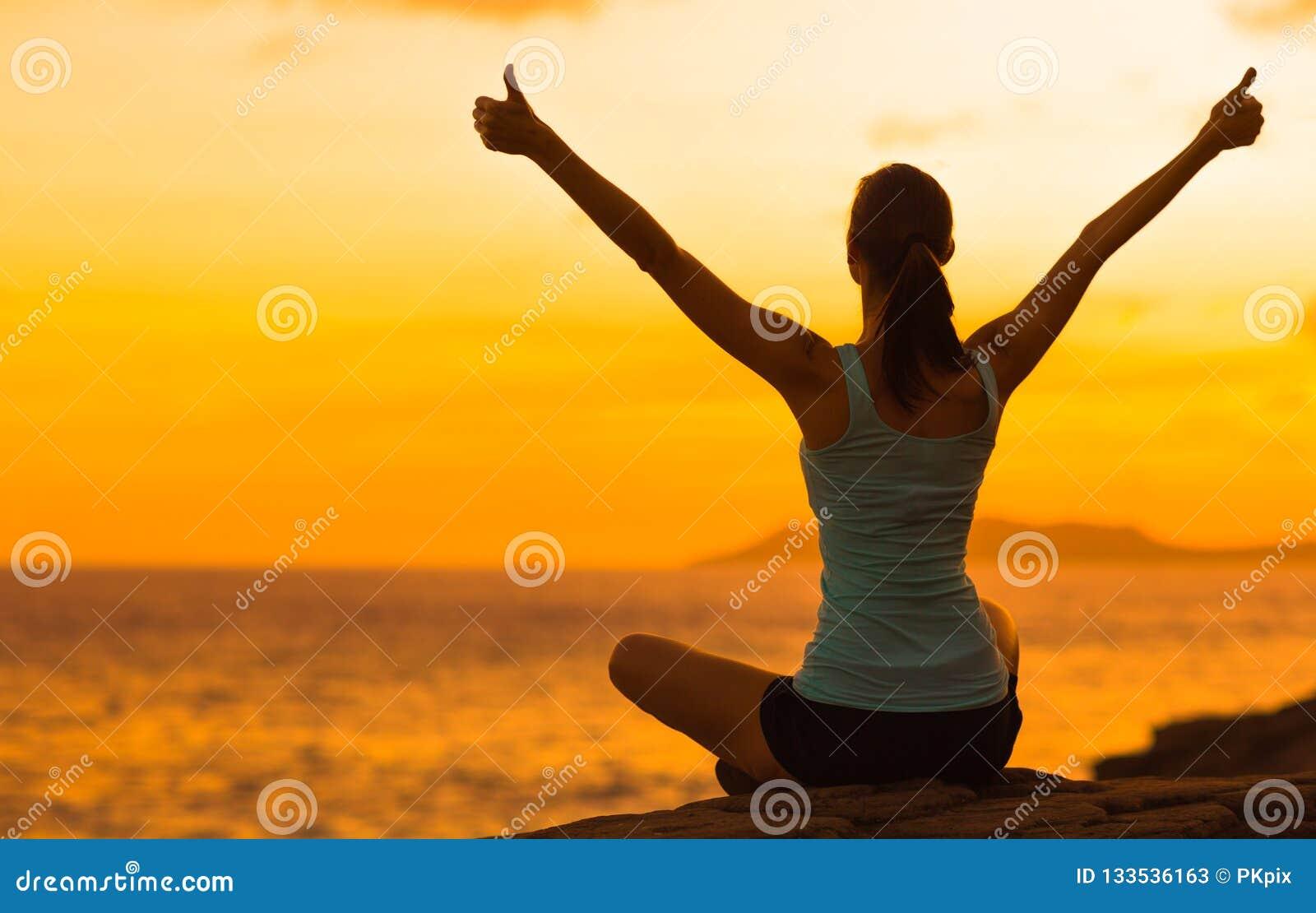 Zdrowa kobiety odświętność podczas pięknego zmierzchu Szczęśliwy i Bezpłatny