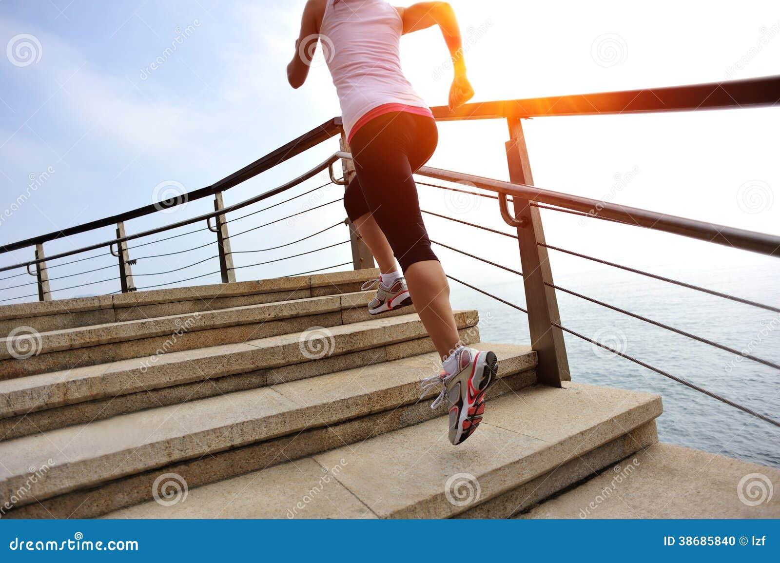 Zdrowa styl życia kobieta iść na piechotę bieg na kamiennych schodkach