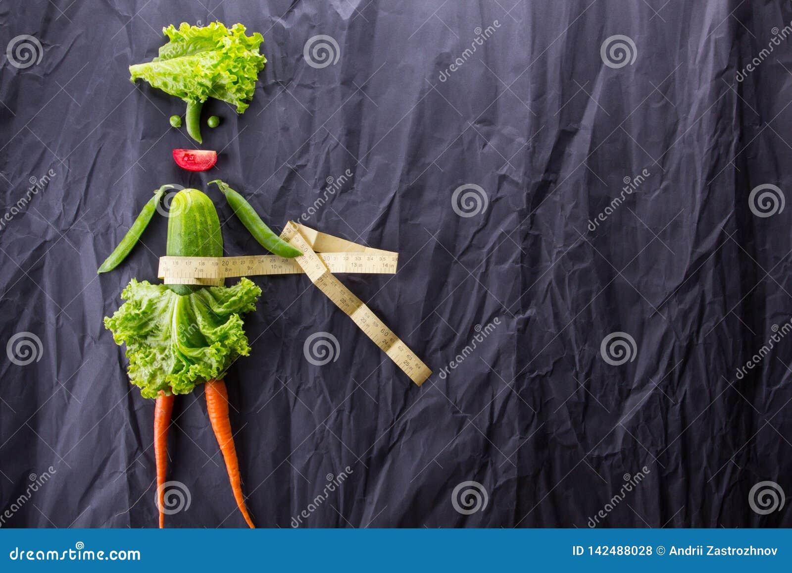 Zdrowe jeść Śmieszna mała kobieta robić warzywa Z przestrzenią dla teksta