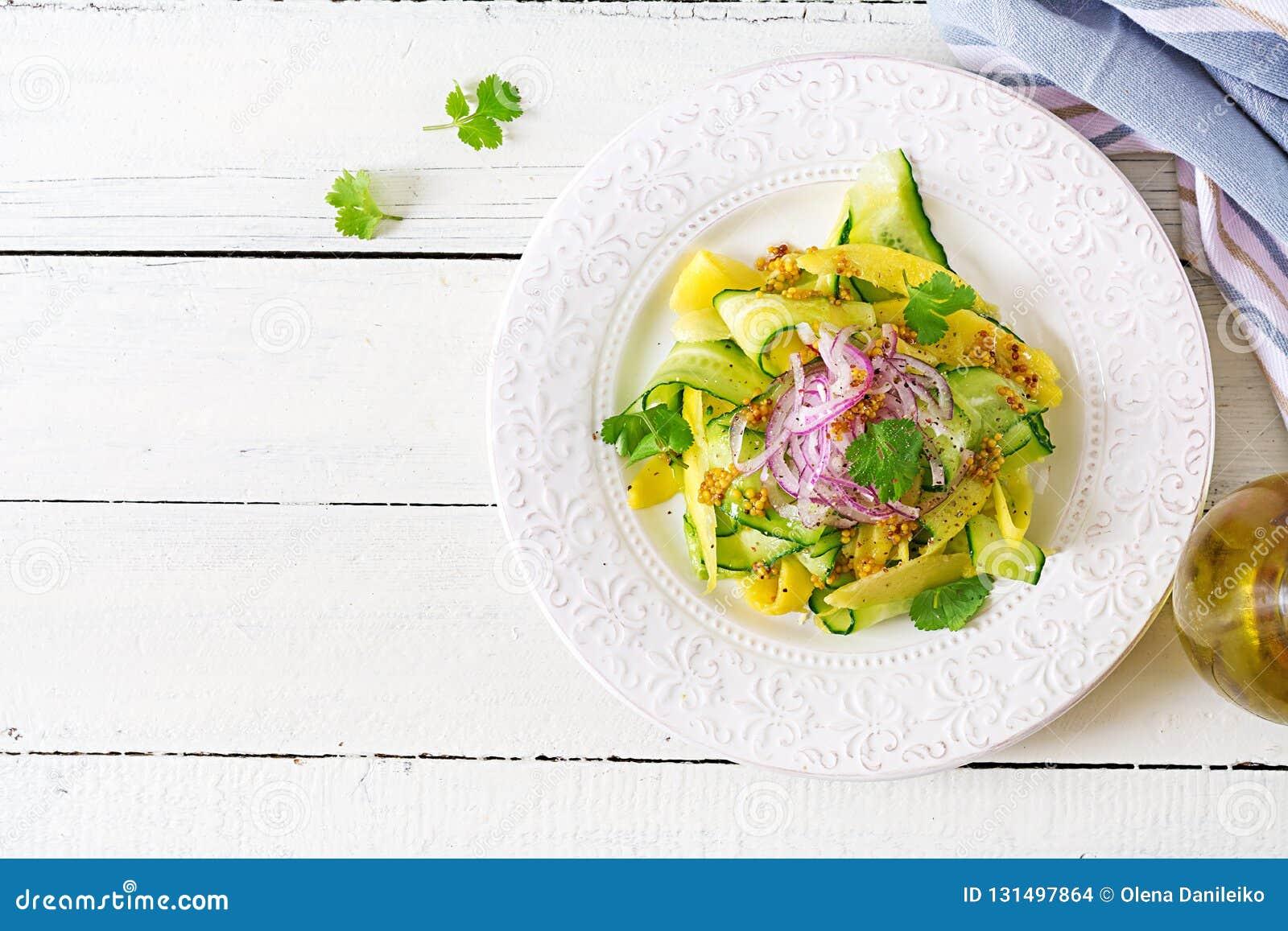 Zdrowego weganinu sałatkowy mango, ogórek, cilantro i czerwona cebula w kumberlandzie, słodkiego i podśmietania tajskie jedzenie