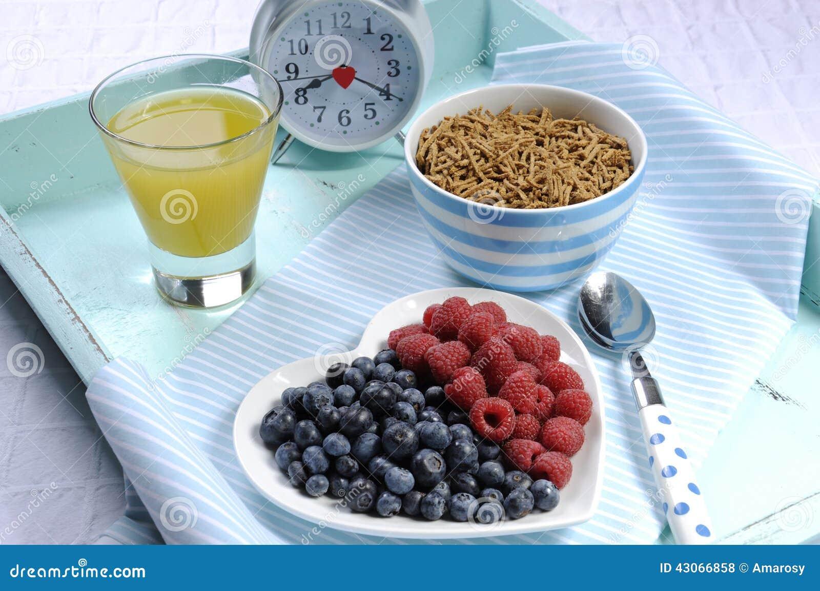 Zdrowej diety włókna wysoki żywienioniowy śniadanie na rocznik tacy