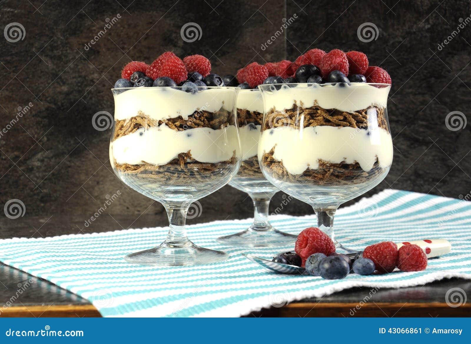 Zdrowej diety włókna wysoki żywienioniowy śniadanie z otrębiastymi zboża, jogurtu i jagod sundaes,