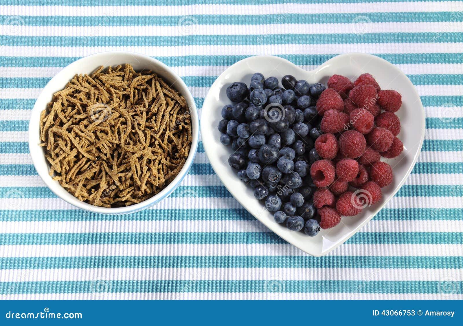 Zdrowej diety włókna wysoki żywienioniowy śniadanie z pucharem otrębiasty zboże i jagody