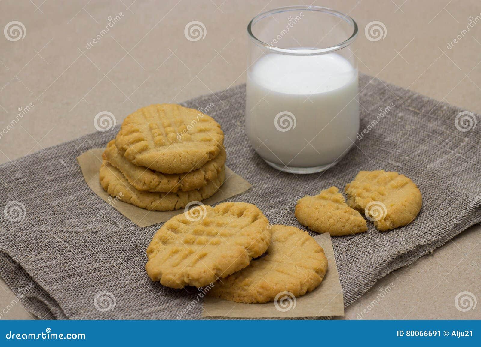 Zdrowi ciastka od mleka na bieliźnianej pielusze i masła orzechowego