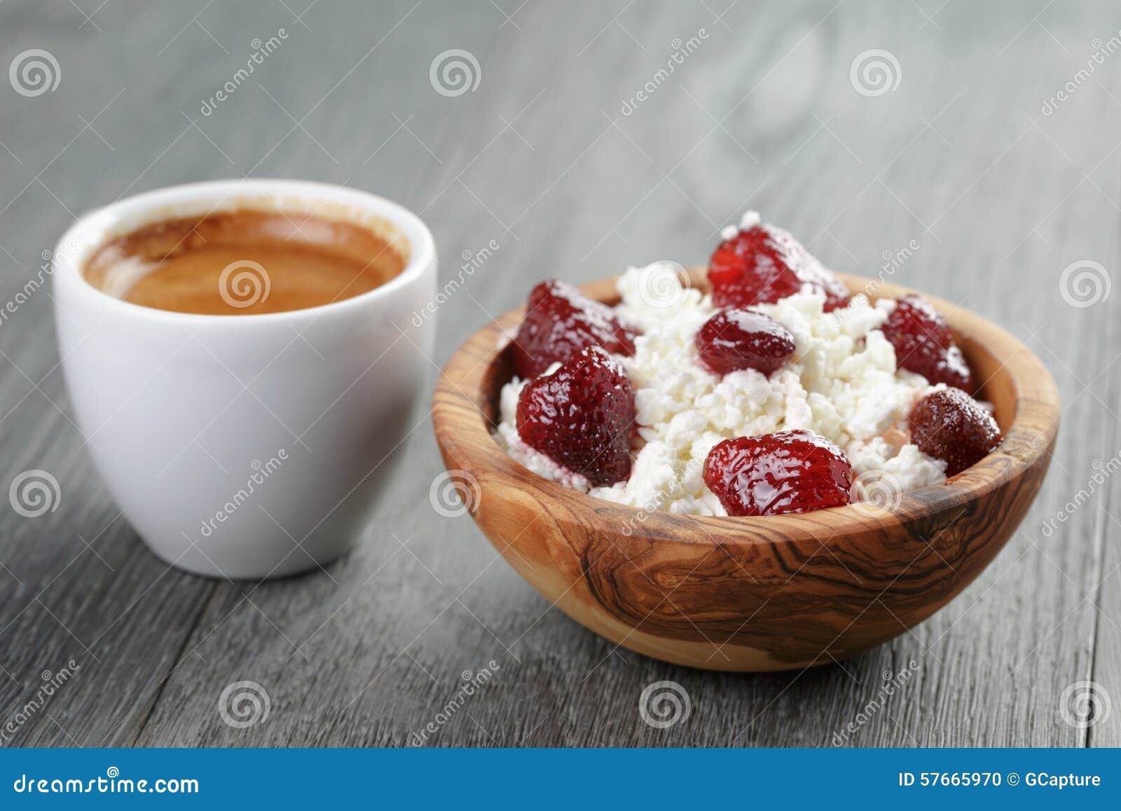 Zdrowy śniadanie z kawy espresso i chałupy serem